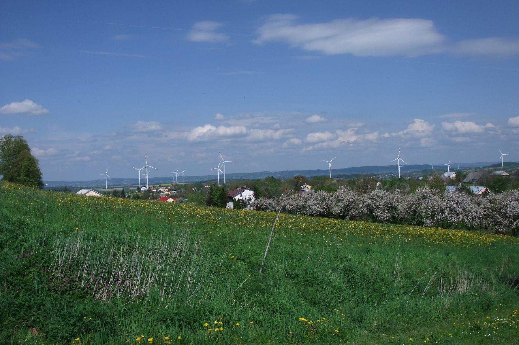 Klimkówka widok na wieś i wiatraki