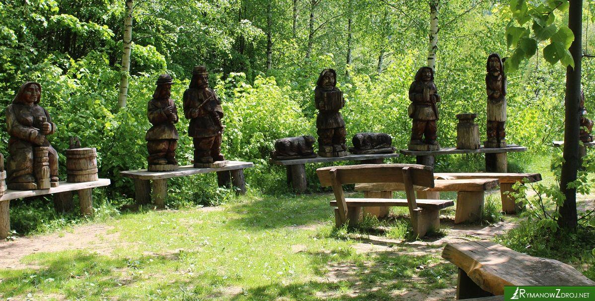 Drewniane figury na Wołtuszowej