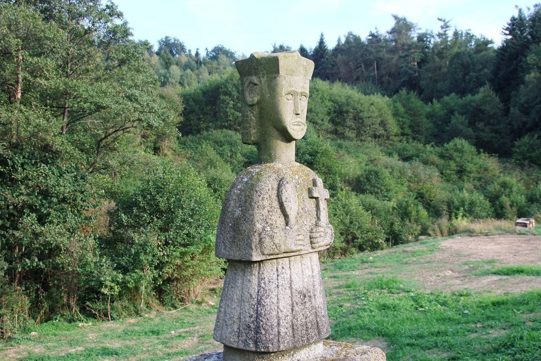 kamienna figura w Klimkówce